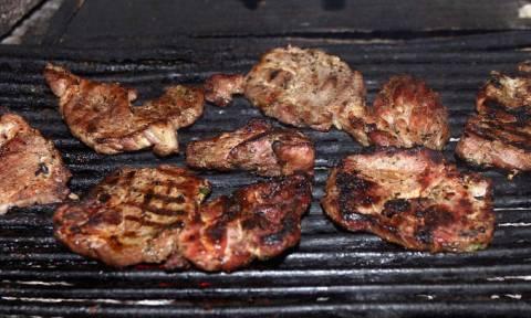 Οι Έλληνες κάνουν κάτι… απαράδεκτο με το κρέας, αλλά τους βγαίνει σε καλό!
