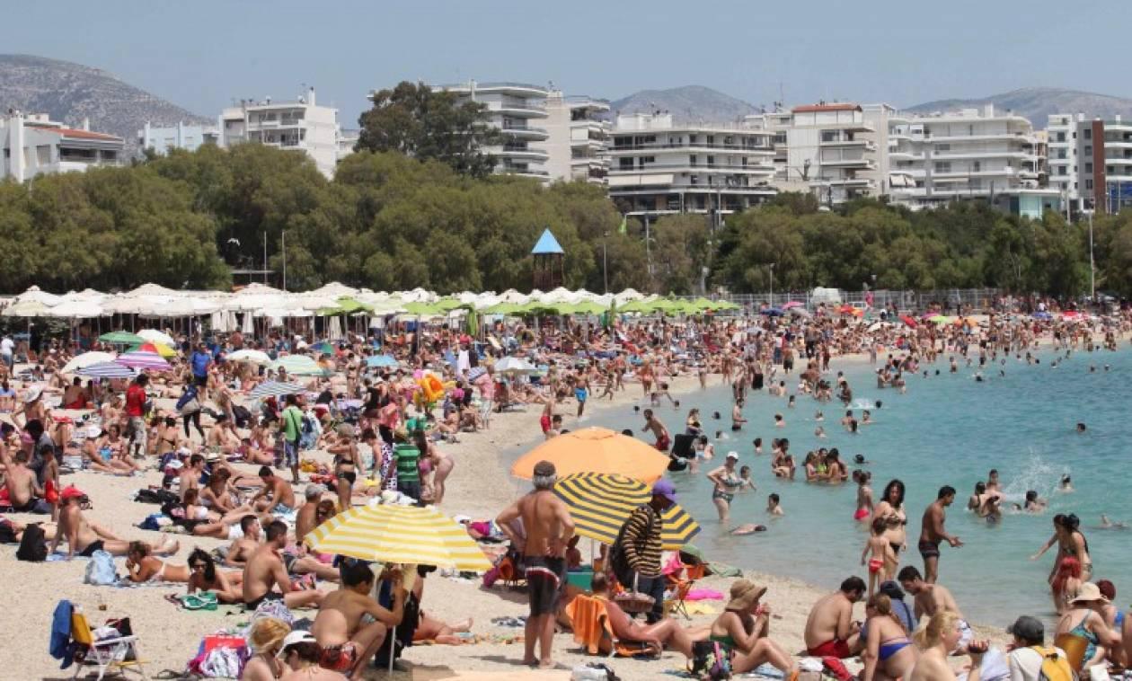 Χαμός στις παραλίες της Αττικής: Τελευταίες βουτιές για τους Αθηναίους
