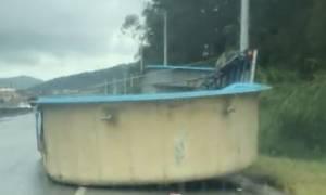 Απίστευτη γκάφα: Φόρτωσε την πισίνα στο τρέιλερ και κόντεψε να προκαλέσει ατύχημα (vid)