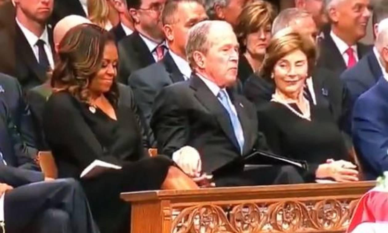 ΗΠΑ: Τι έδωσε κρυφά ο Μπους στη Μισέλ Ομπάμα στην κηδεία του Μακέιν (vid)
