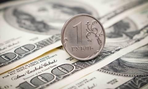Рубль оказался на минимальных отметках с начала дня к доллару и евро