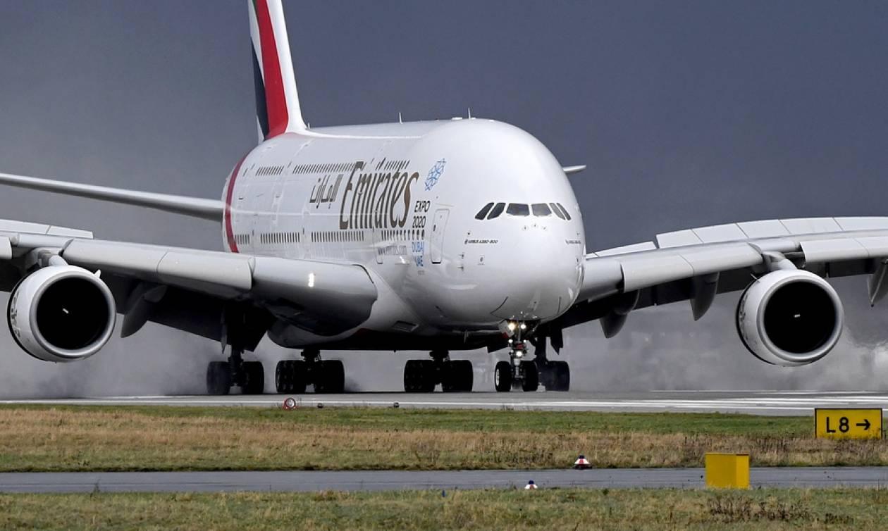 ΗΠΑ: Έληξε η καραντίνα στο αεροπλάνο της Emirates - Δέκα επιβάτες μεταφέρθηκαν στο νοσοκομείο (vids)