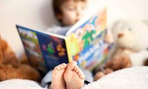 Γιαγιά διαβάζει παραμύθι στο εγγονάκι της (vid)