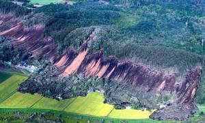 Ιαπωνία: Εικόνες Aποκάλυψης από το φονικό σεισμό - Κατέρρευσαν λόφοι και ξεριζώθηκαν σπίτια (vids)