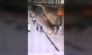 Πανικός στην Κίνα: Πεζοί καταπλακώθηκαν από πινακίδα καταστήματος - Σοκαριστικό βίντεο