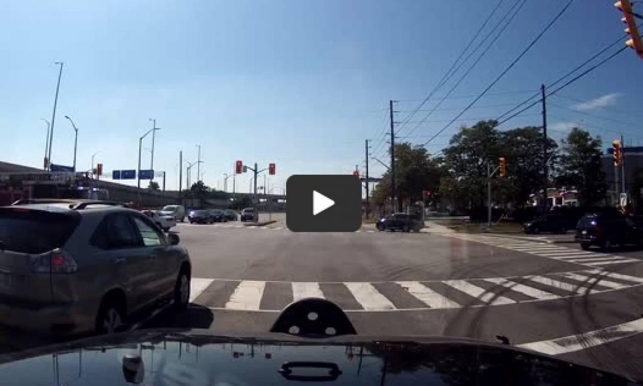 Οδηγός πανικοβάλλεται και γλιτώνει από θαύμα τριπλό ατύχημα (video)