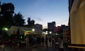 Αναστάτωση από συμπλοκή ατόμων στην Πάτρα: Άγριο ξύλο στην πλατεία Αγίας Σοφίας (vids)
