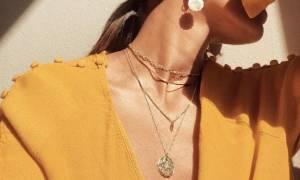 Τέσσερις κανόνες για να κάνεις layering με τα κοσμήματα στο λαιμό