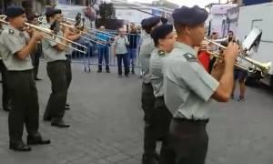 ΔΕΘ 2018: Η μπάντα του στρατού παίζει το «We Will Rock You» και το «Smoke on the Water»