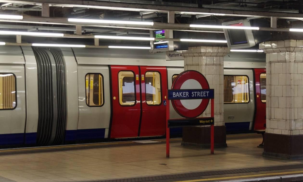 Απίστευτο: Έπεσε με το παιδί της στις ράγες του μετρό, πέρασε από πάνω τους συρμός και σώθηκαν!