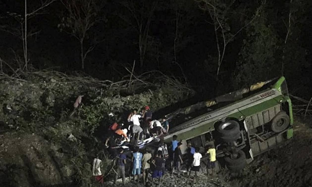 Τραγωδία στην Ινδονησία: Λεωφορείο έπεσε σε γκρεμό - Τουλάχιστον 21 νεκροί