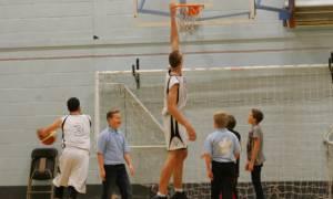Μπομπ Ουέγκνερ: Αυτός είναι ο ψηλότερος μπασκετμπολίστας του κόσμου (video)