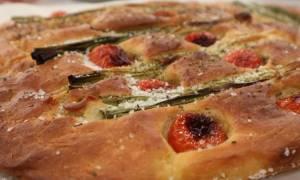 Η συνταγή της ημέρας: Φοκάτσια με φρέσκα κρεμμυδάκια και ντοματίνια