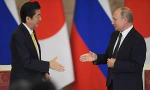 Ιστορική στιγμή: Πούτιν και Άμπε έτοιμοι να υπογράψουν συμφωνία ειρήνης έπειτα από 73 χρόνια