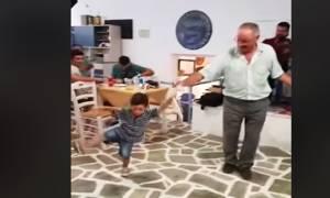 Καμαρώστε τον μπόμπιρα που έσυρε χορό σε καφενείο της Αμοργού (ΒΙΝΤΕΟ)