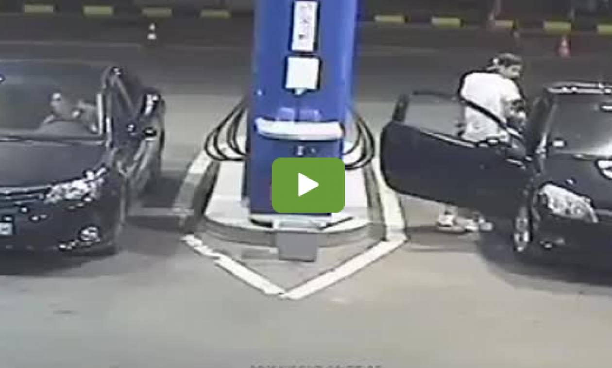 Μυθικό! Αυτός ο τύπος δεν θα ανάψει πότε ξανά τσιγάρο σε βενζινάδικο (video)
