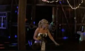 Δε φαντάζεστε ποιος έπιασε την ανθοδέσμη της νύφης σε αυτό το γάμο! (vid)