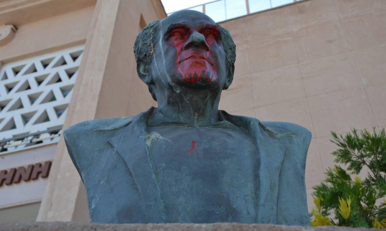Άγνωστοι βανδάλισαν με μπογιές την προτομή του ιστορικού δημάρχου της Μυτιλήνης (pics)