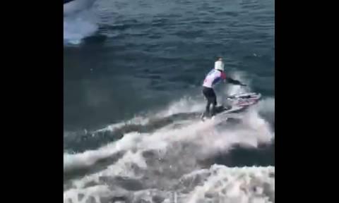 Απίστευτο κόλπο στα κύματα! (vid)