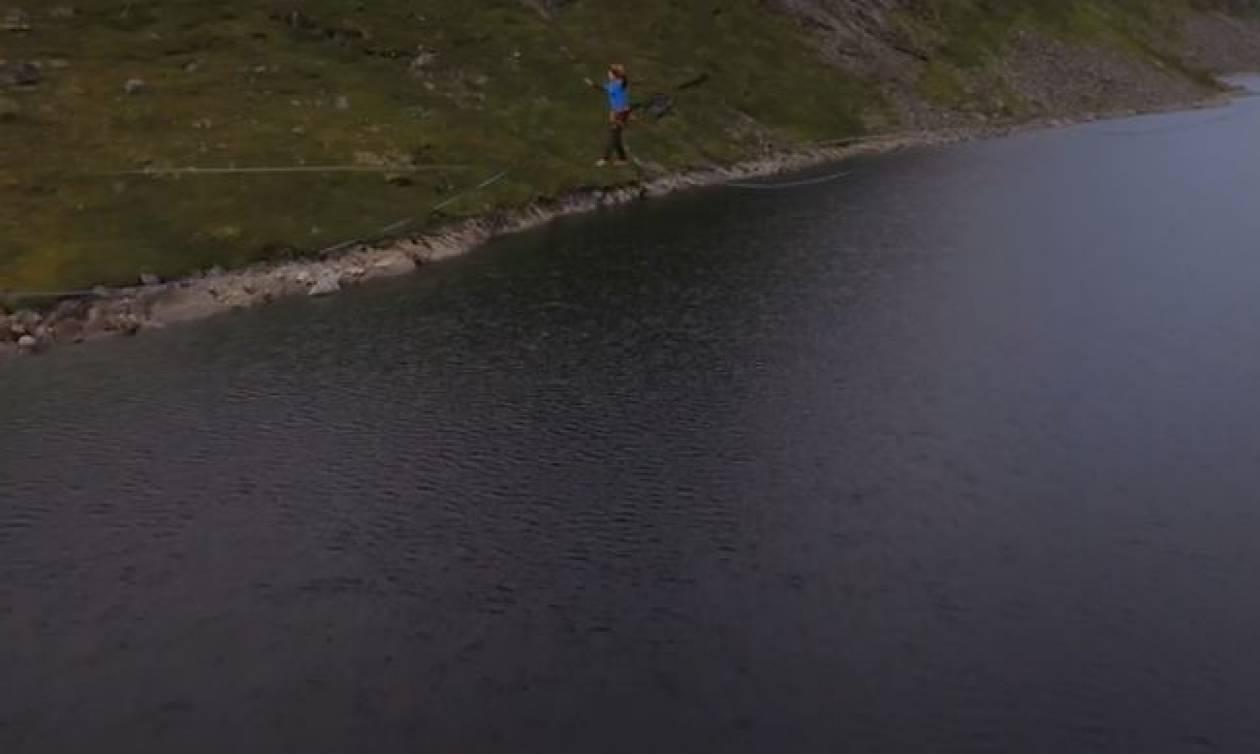 Εντυπωσιακό: Περπάτησε στο μακρύτερο ακροβατικό σχοινί στον κόσμο!  (vid)