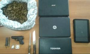 Ηράκλειο: Ναρκωτικά και όπλα οδήγησαν 65χρονη στο κρατητήριο