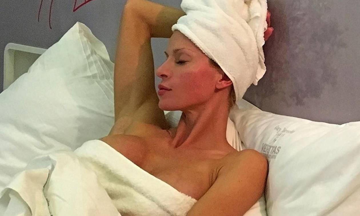 Ελληνίδα μάνα κολάζει γυμνή στην κουζίνα της! (pics)