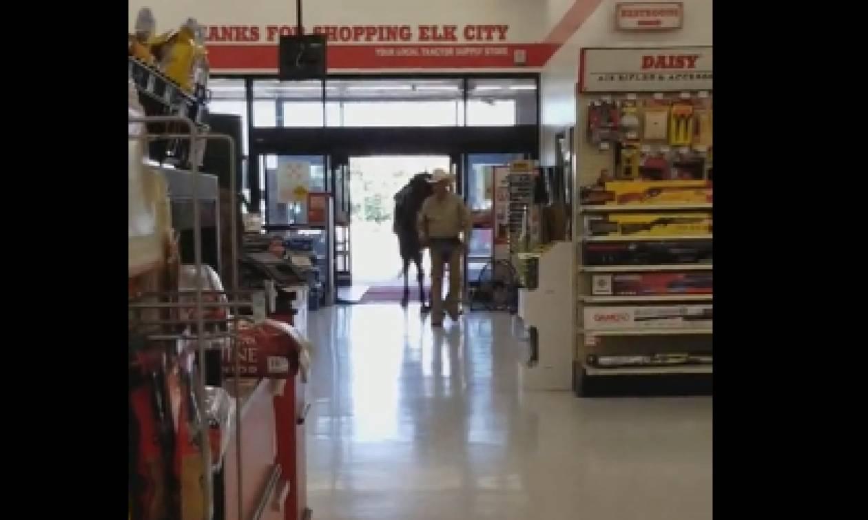Εκαναν τα ψώνια τους στο σούπερ μάρκετ και έπαθαν... σοκ (video)