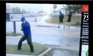 Ρεπόρτερ για Όσκαρ ερμηνείας «παλεύει» με τον τυφώνα Φλόρενς ενώ πίσω του... βολτάρουν άνετοι (vids)