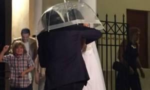 Καλαμάτα: Ζευγάρι πήγε στο γάμο του με ομπρέλα και κράνος για να «προφυλαχτεί» (vid)