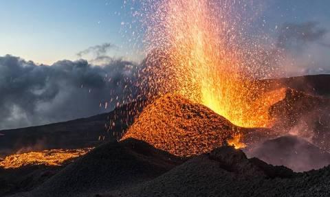 Εντυπωσιακές εικόνες: Καυτή λάβα ξεπηδά από ηφαίστειο στο νησάκι Ρεϋνιόν (vid)