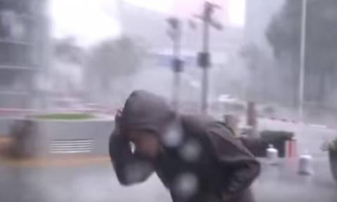 Τυφώνας Μανγκούτ: Ρεπόρτερ σώθηκε παρά τρίχα όταν κομμάτι από ουρανοξύστη έπεσε πίσω του! (vid)