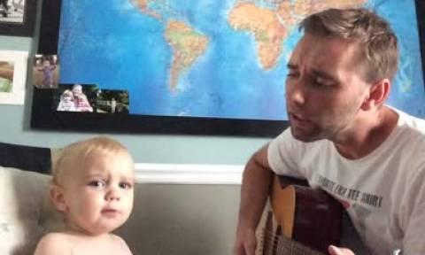 Ένα ξεχωριστό ντουέτο: Μπαμπάς και γιός τραγουδάνε και ο μικρός έχει μεγάλο ταλέντο (vid)