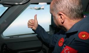 Πάει «πόλεμο»; Γιατί ο Ερντογάν ντύθηκε πιλότος; (Pics+Vid)