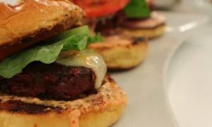 Η συνταγή της ημέρας: Burger λαχανικών και πίκλα καρότο