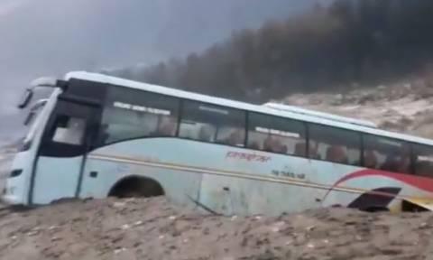 Τρόμος στην Ινδία: Λεωφορείο «βούλιαξε» στα ορμητικά νερά (vid)