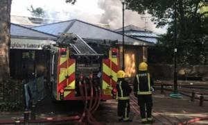 Συναγερμός στο Λονδίνο: Μεγάλη φωτιά σε κέντρο αναψυχής