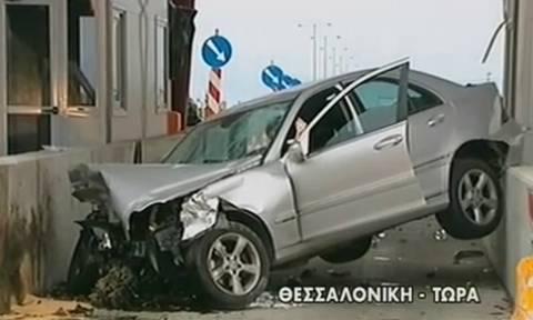 Τροχαίο στην Εγνατία Οδό: Αυτοκίνητο «καρφώθηκε» στα διόδια (vid)