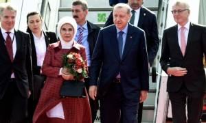Στο Βερολίνο ο Ερντογάν: Το απρόοπτο με το κόκκινο χαλί και οι «τρομοκράτες του Γκιουλέν»