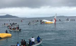 Τρόμος στον αέρα: Αεροσκάφος «έπεσε» στα ρηχά νερά της θάλασσας (Vids)