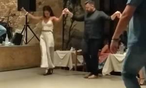 Μερακλίνα κρητικοπούλα ξεσήκωσε τον Ομαλό χορεύοντας μαλεβιζιώτη