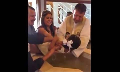 Τριών ετών κοριτσάκι δεν σταματάει να βρίζει τον παπά που τη βαφτίζει! (vid)
