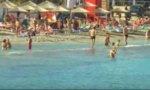 Στην Κρήτη περίμεναν τον κυκλώνα «Ζορμπά» κάνοντας βουτιές και ηλιοθεραπεία (vid)