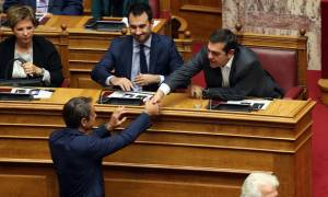 Βουλή: Η ανθρώπινη στιγμή ανάμεσα σε Τσίπρα - Μητσοτάκη