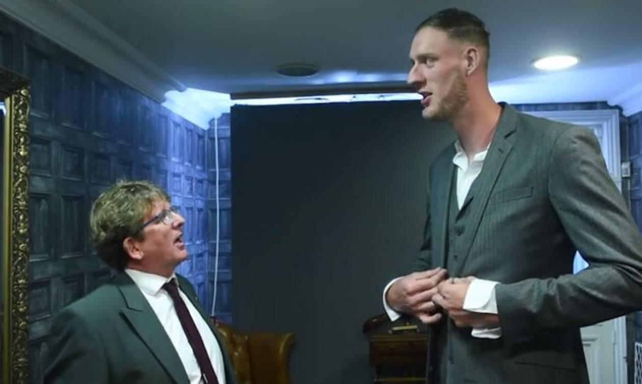 Ο ψηλότερος άνδρας στη Βρετανία φοράει κουστούμι για πρώτη φορά (vid)