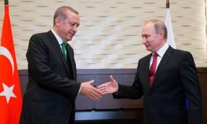 «Από μηχανής θεός» για τον Ερντογάν ο Πούτιν: Ο «Σουλτάνος» ζητά στενότερες σχέσεις με τη Ρωσία