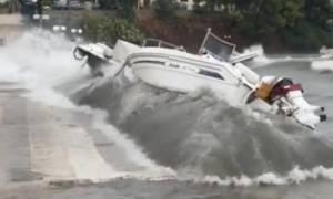 Κυκλώνας Ζορμπάς: Δέος προκαλούν οι εικόνες από την Επίδαυρο! Κύματα πετούν στη στεριά σκάφη (vids)