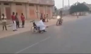Θαύμα! Πετάχτηκε από αναπηρικό καροτσάκι για να μην τον πατήσει το μηχανάκι (vid)