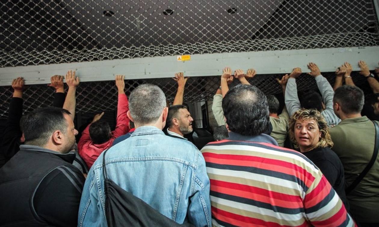 Κατάληψη στο γραφείο του Τσακαλώτου από μέλη της ΑΔΕΔΥ