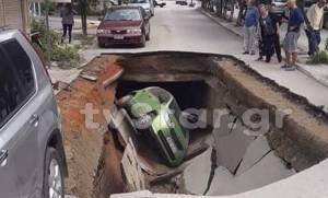 «Άνοιξε» η γη στην Αιδηψό και «κατάπιε» αμάξι (video)