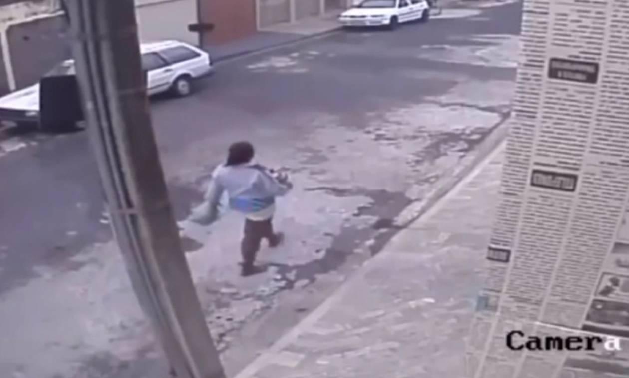 Βίντεο - ΣΟΚ: Πέταξε το μωρό της στα σκουπίδια για να μην χάσει τη δουλειά της!